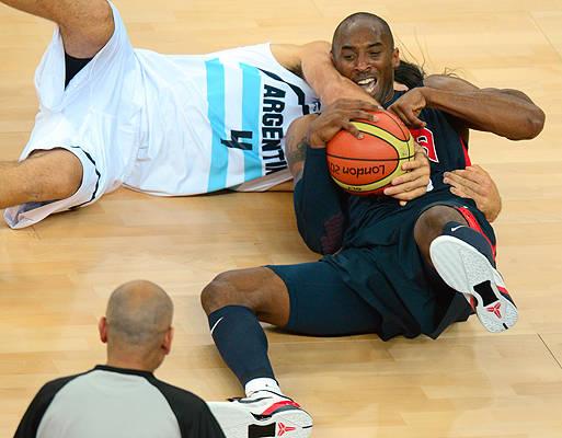 Kobe Bryant frente a Scola - Londres 2012 (créditoEMMANUEL DUNAND/AFP - Getty Images)
