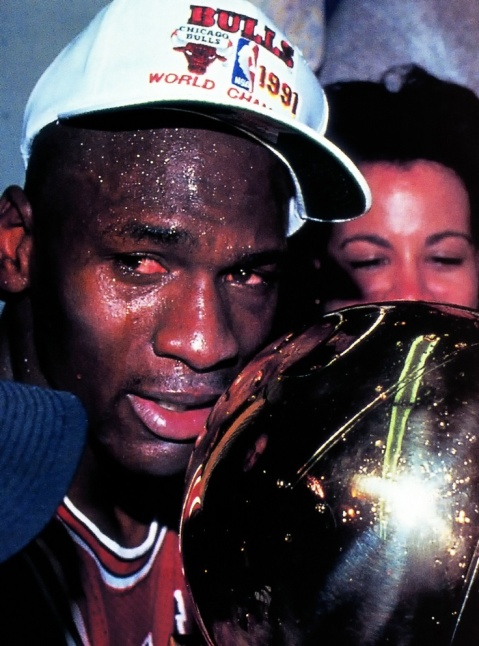Michael Jordan cllora después de coronarse campe'ón de la NBA en  in 1991