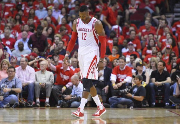 LWS103. Houston (United States), 23/05/2015.- Houston Rockets player Dwight Howard walks off the court against the Golden State Warriors in the second half of their NBA Western Conference Finals game three at the Toyota Center in Houston, Texas, USA, 23 May 2015. The Houston Rockets will go on to play either the Cleveland Cavaliers or the Atlanta Hawks in the NBA Finals. (Baloncesto, Estados Unidos) EFE/EPA/LARRY W. SMITH CORBIS OUT